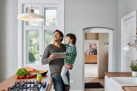Vater und Sohn freuen sich über Energie