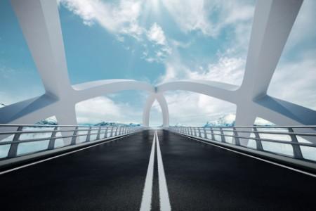 Moderne Brücke mit weißen Pfeilern