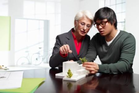 zwei Personen arbeiten mit einem 3d-Modell