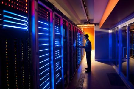 ITler konfiguriert Server in Rechenzentrum