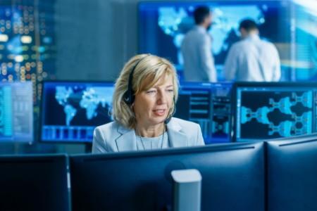 eine Frau, die mit Computern arbeitet