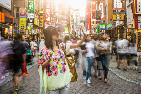 Japanerin mit Virtual Reality Shopping Brille