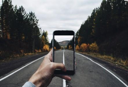 Smartphone nimmt ein Bid einer Straße auf