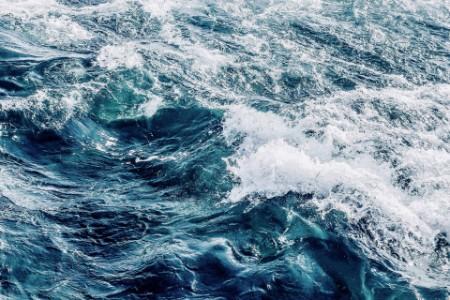 Aufnahme von rauem Meer mit Wellen