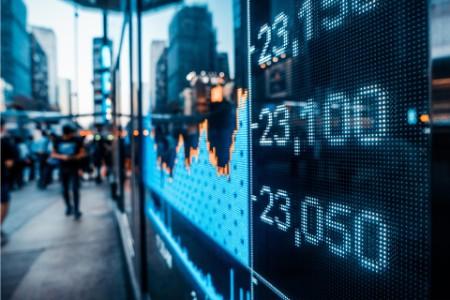 Strassenszene mit Display von Aktienkursen