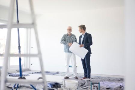 Männer bei einer Baustellen Besprechung
