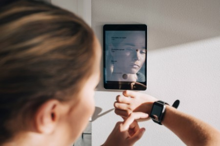 Frau schaut auf ihre Smart Watch