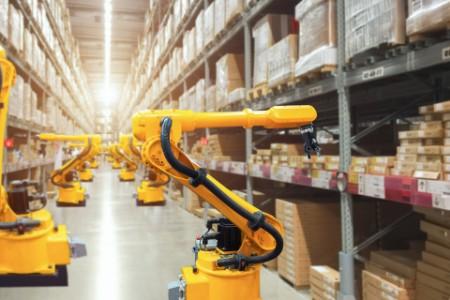 Mechanischer Roboterarm arbeitet im Zwischenlager in einem Distributionslager