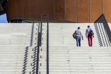 Das Photo zeigt zwei männer, die gehen die Treppe hinauf