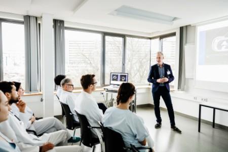 Arzt hält Vortrag im Krankenhaus