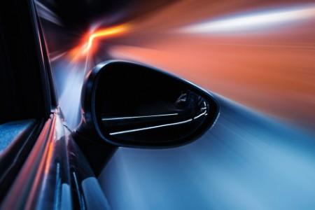 Rückspiegel eines Autos auf der rechten Seite