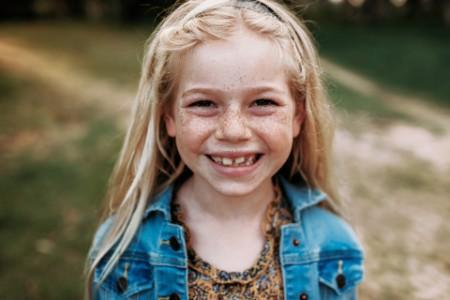 Kleines, lachendes Mädchen