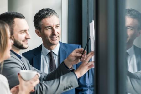 Geschäftsleute während einer Besprechung am Fenster