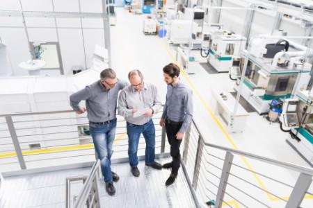 Ingenieure bei einer Besprechung in der Fabrik