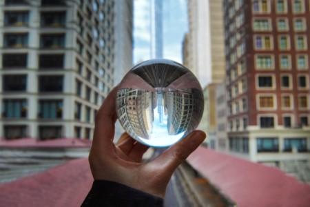Stadtblick durch eine Glaskugel