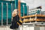 Weiblicher Bauleiter bei der Kontrolle der Arbeiten auf der Baustelle