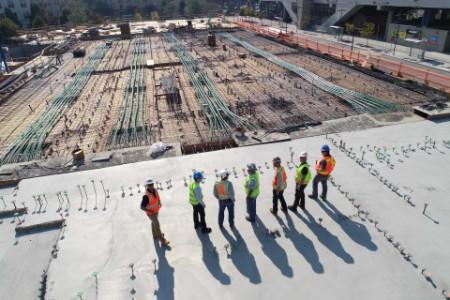 Männer stehen auf einem Neubau