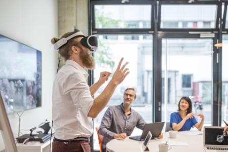 Präsentation Kreativbüro mit VR Brille