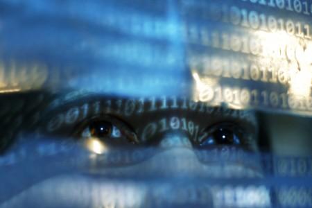 Nahaufnahme von zwei Augen mit Binärcodes