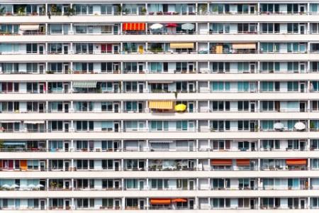 Das Bild zeigt einen Wohnblock.