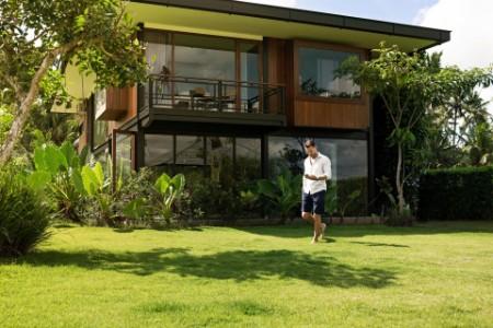Mann vor Haus im Garten