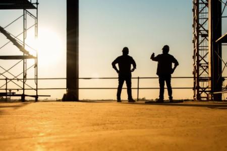 Zwei Personen auf einer Baustelle
