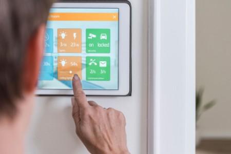 Un homme fait fonctionner un appareil Smart Home