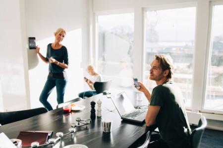 Familie nutzt Technology zuhause