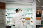 Apotheker räumt Medikamente ins Regal