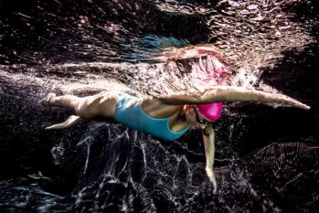 Unterwasseraufnahme einer schwimmenden Frau