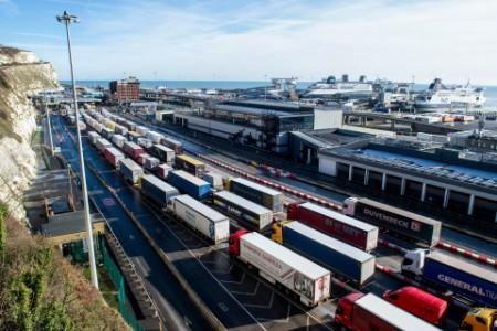 Luftansicht von zahlreichen LKWs, die an der Grenze zu Großbrittanien am Hafen warten
