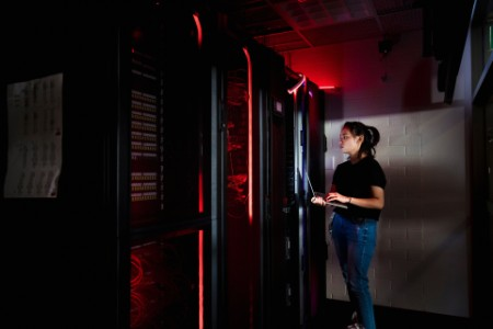 Technikerin im Serverraum
