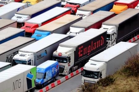 Unzählige LKW's in auf mehreren Spuren am Warten