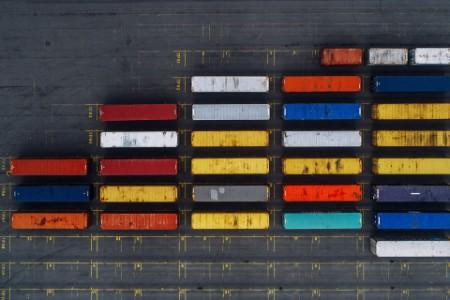 Luftansicht von Frachtcontainern im Hafen