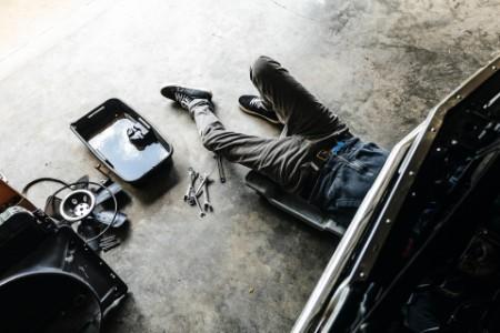 Mann in der Auto Werkstatt