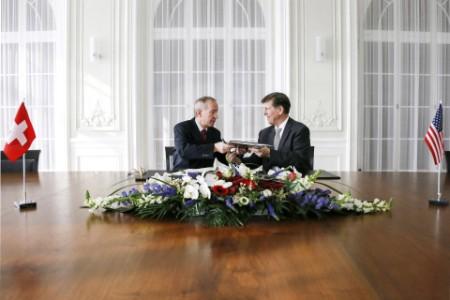 Das Photo zeigt die Unterzeichnung des FATCA-Abkommens im Februar 2013 in der Schweiz