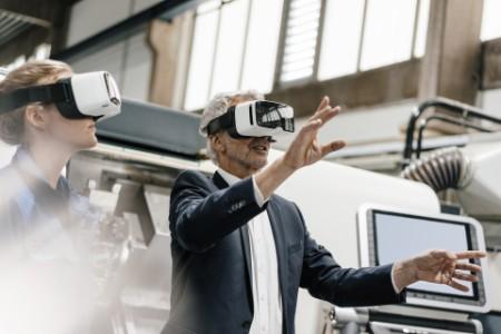 Mann im Angut mit VR-Brille