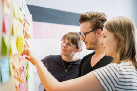 Veranstaltungsteilnehmer prüfen gemeinsam Ideen