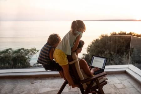 Eine berufstätige Mutter, die gleichzeitig ihre Büroarbeit und ihre Kinder managt