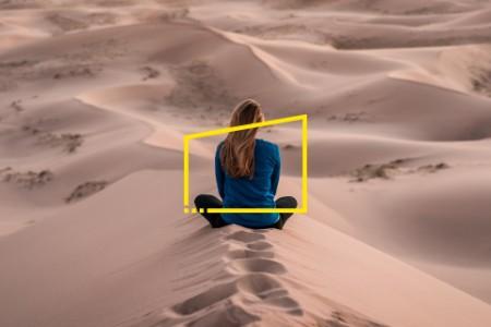 Femme qui médite dans une oasis