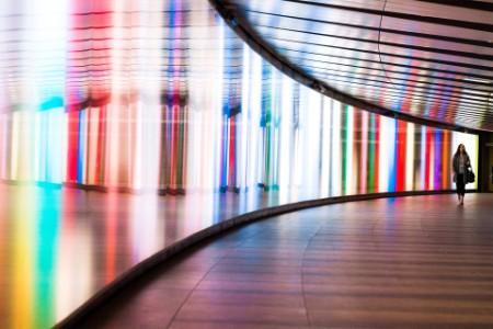 Jeune femme qui marche dans un tunnel du métro