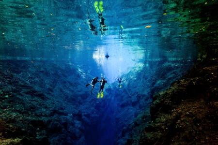 EY – Des plongeurs en scaphandre autonome dans le Lagoa Misteriosa