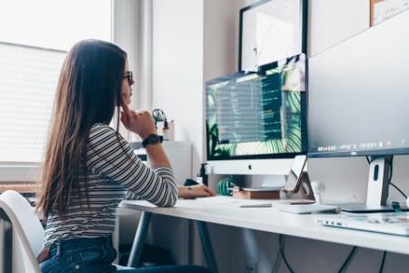 Une employée d'EY devant un ordinateur