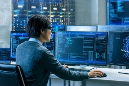 EY - Digital monitors desk working