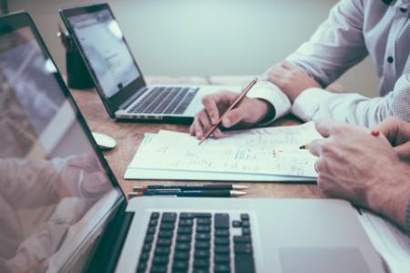 EY – Gens travaillant à un bureau sur des ordinateursportables