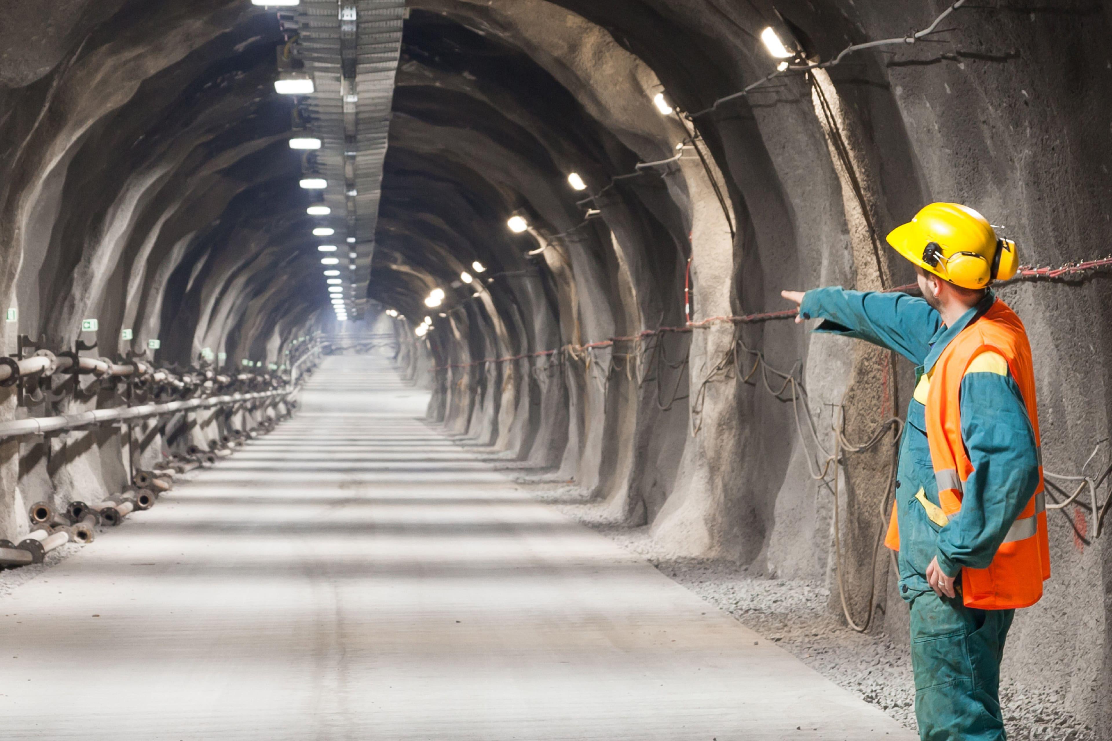EY - Underground mining worker