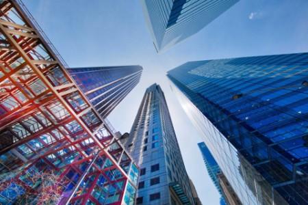 Ansicht aus niedrigem Winkel von modernen Gebäuden