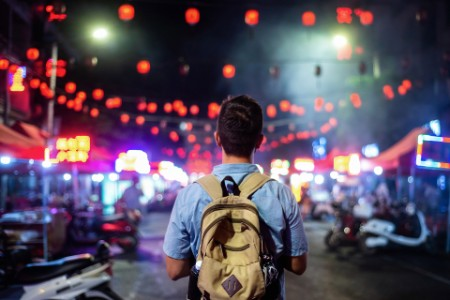 Voyageur explorant les rues du marché alimentaire asiatique