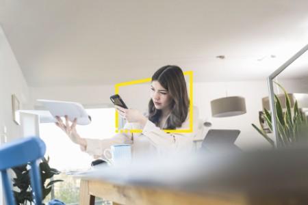 Mulher com smartphone e modelo de avião