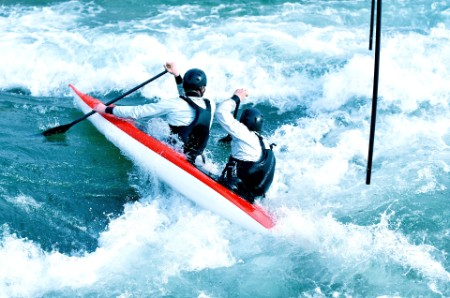 Caiaques a navegar num rio a alta velocidade